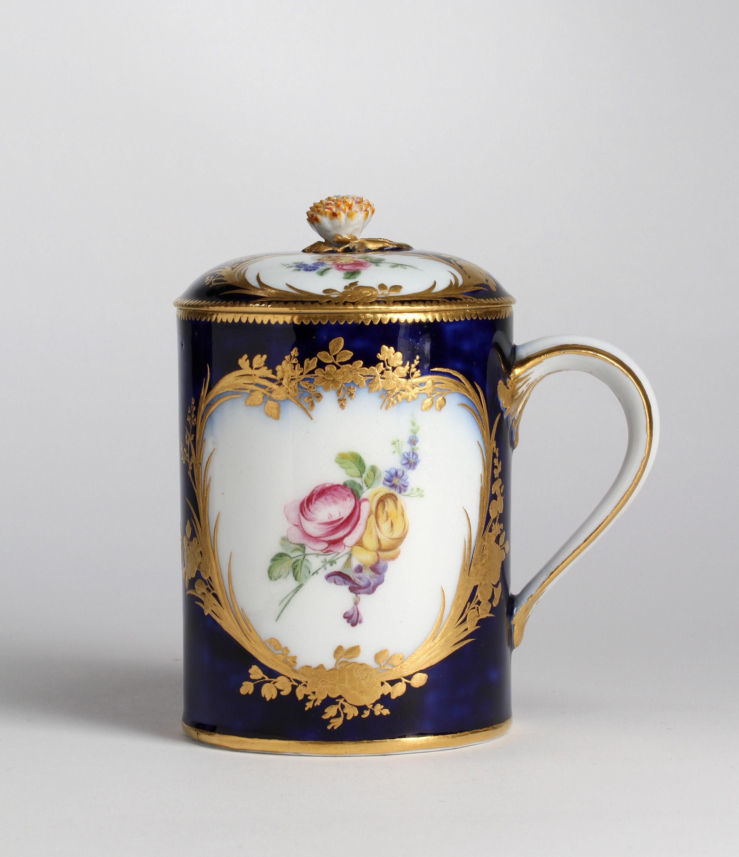 Vincennes bleu lapis cylindrical tankard and cover, Pot à boire or tasse litron couvert