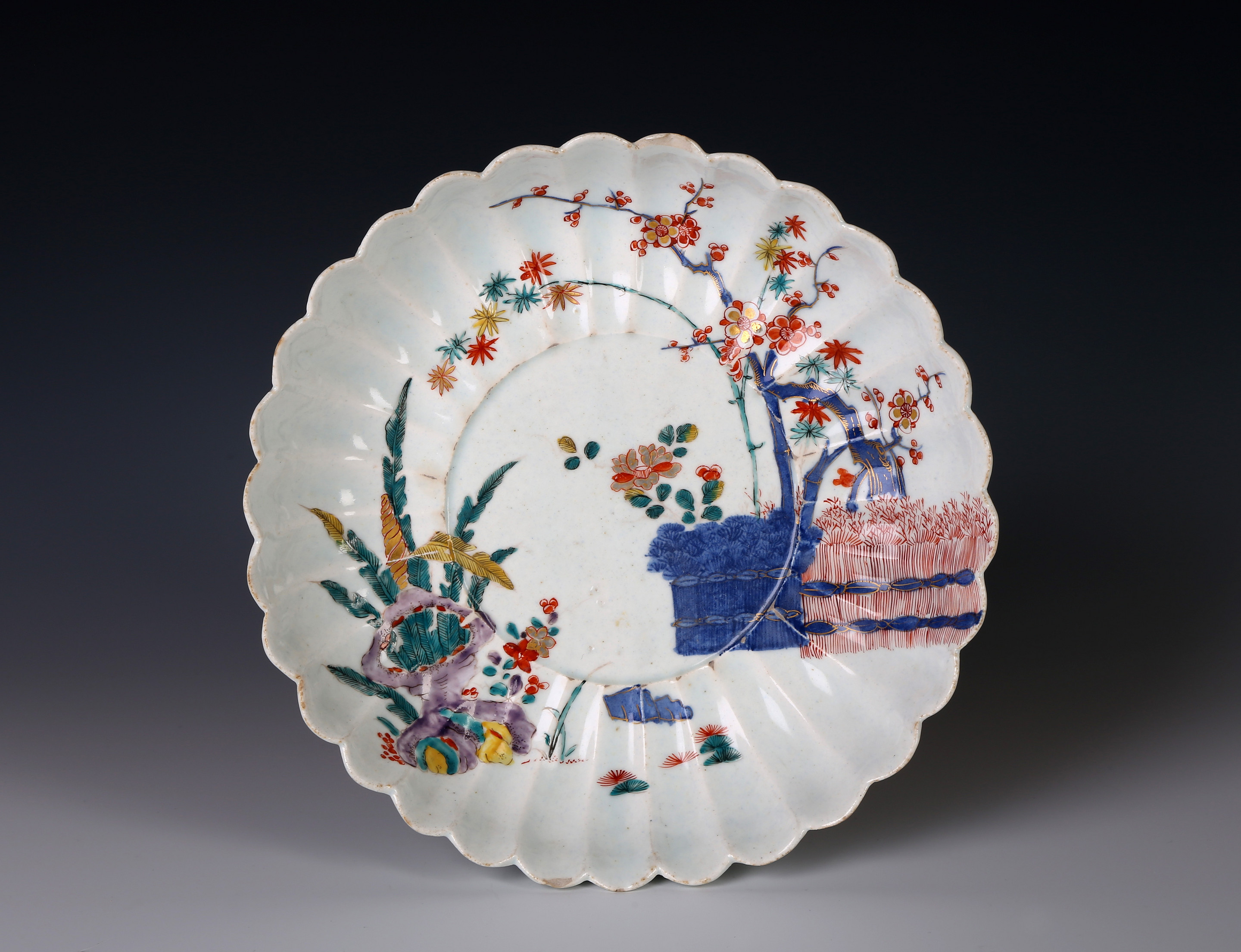A Bow or Isleworth Kakiemon Chrysanthemum shaped dish
